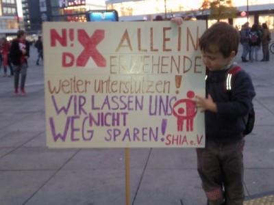 Foto von der Teilnahme an der Demo auf dem Alexanderplatz 2012, ein kleiner Junge hält das Plakat mit unseren SHIA-Forderungen