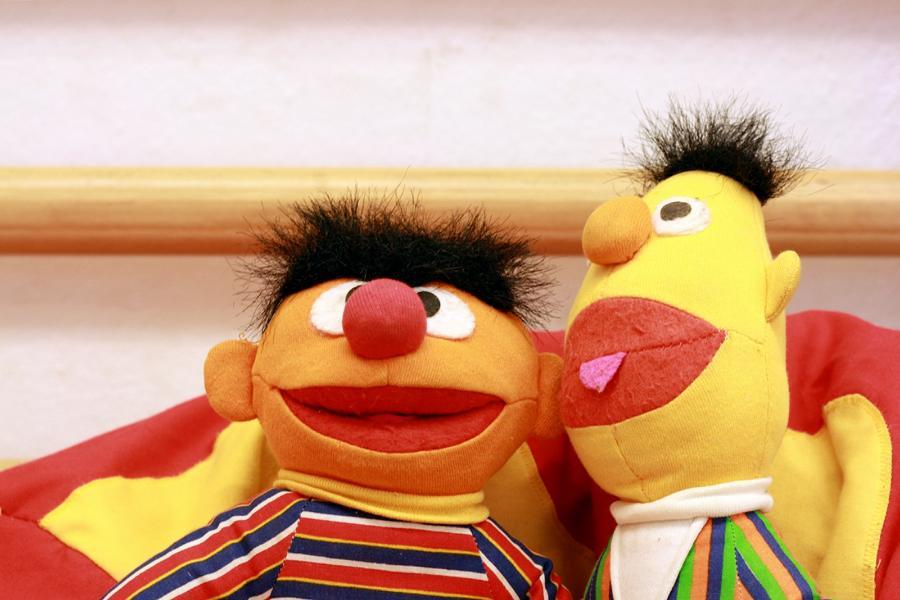 Foto von zwei Stofffiguren / Ernie und Bert im SHIA-Kinderzimmer