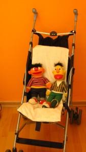 Foto von den Stofffiguren Ernie und Bert - unseren Kinderbetreuungsmaskottchen