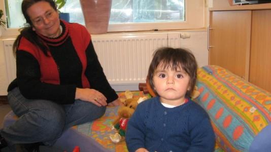 Foto von der Kinderbetreuung in unseren Räumen während einer Veranstaltung, eine Betreuerin und ein kleines Kind spielen