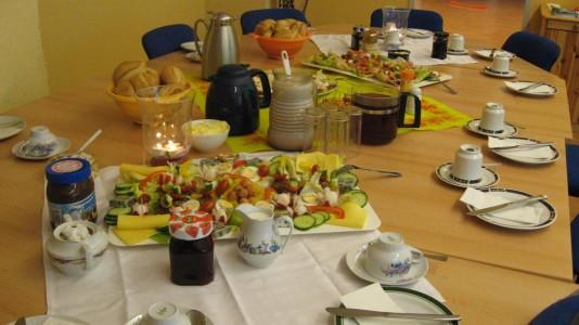 Foto von Leckereien zum Sonntagsfrühstück, schön gedeckter Frühstückstisch