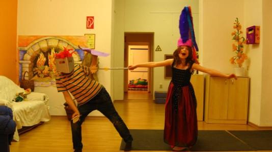 Foto von der Lesenacht für Kinder, ein Junge und ein Mädchen haben sich als Ritter und Prinzessin verkleidet