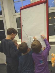 Foto Kinder von Alleinerziehenden malen an einem Flipchart während der Wochenendreise mit Seminar 2013