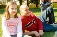 Bild Vater mit Tochter auf den Rasen gelagert